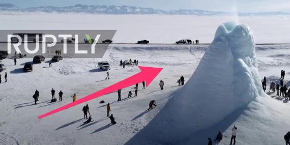 Turistas reunidos alrededor de un cono de hielo de 14 metros de altura, que apareció en la región de Almaty (Kazajistán).