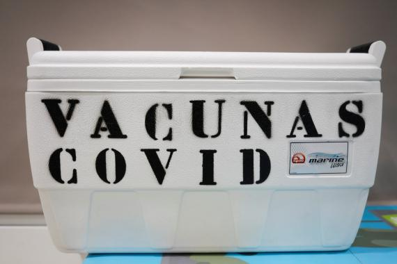 Un contenedor de vacunas contra el COVID-19 a su llegada a España
