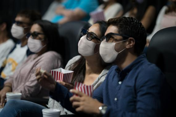 Dos personas en el cine