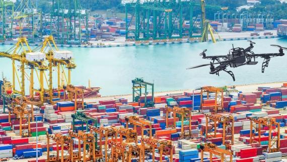 Dron en un puerto.