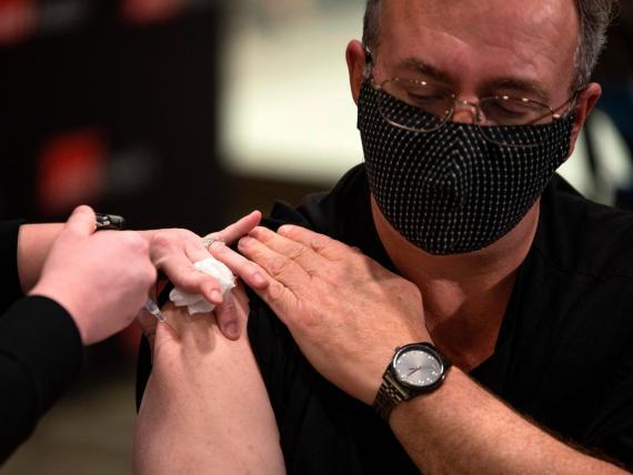 Un enfermero recibe la vacuna contra el coronavirus