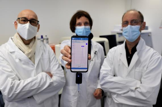 El equipo de científicos de la Universidad de Lille mostrando el test portátil.