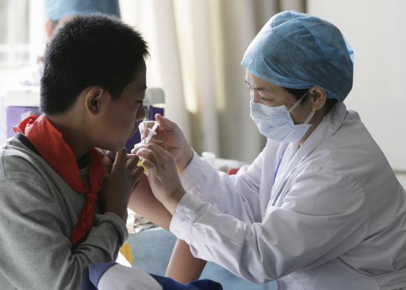 Un estudiante chino vacunándose