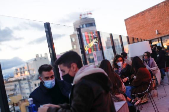 Gente con mascarillas en una terraza en Madrid.