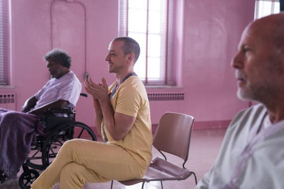 En 'Glass' (2019), Samuel L. Jackson interpreta a un paciente con osteogénesis imperfecta.