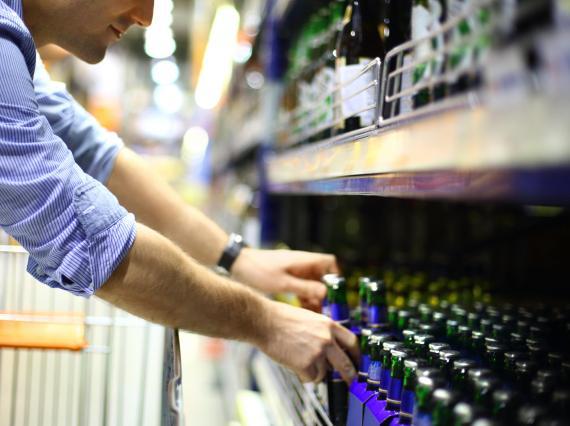 Hombre compra cerveza en el supermercado