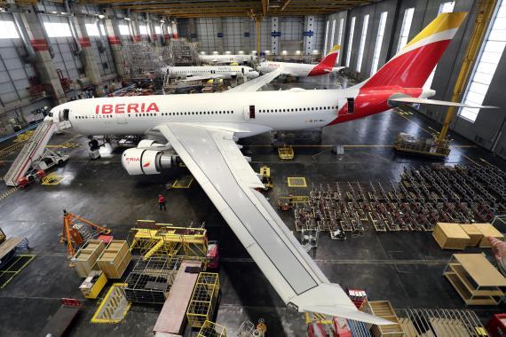 Un avión de pasajeros de Iberia siendo transformado en uno de carga en los hangares de la compañía, en Madrid.