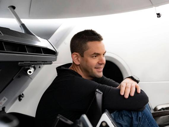 El empresario Jared Isaacman en la sede de SpaceX en Hawthorne, California
