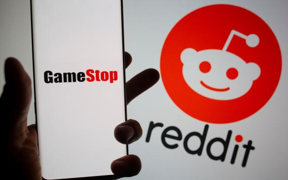 Logotipo de Reddit, al fondo, con GameStop por delante