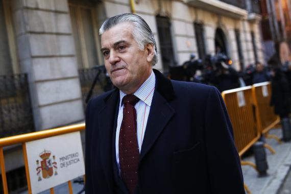 Luis Bárcenas, ex tesorero del Partido Popular (PP), abandona el Tribunal Superior de España el 23 de enero de 2015.