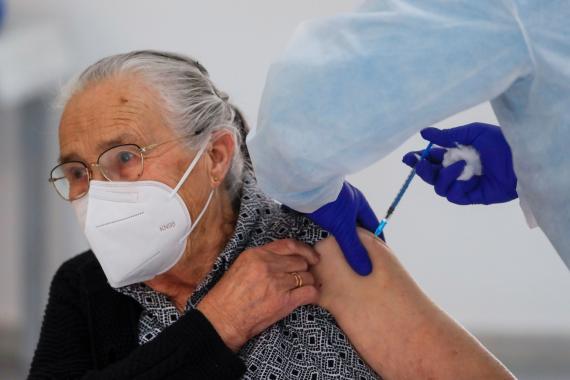 Mujer anciana siendo vacuna del COVID-19
