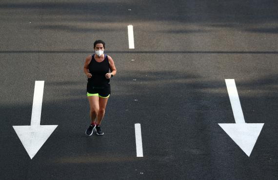 Una mujer corre por el Paseo de la Castellana de Madrid.
