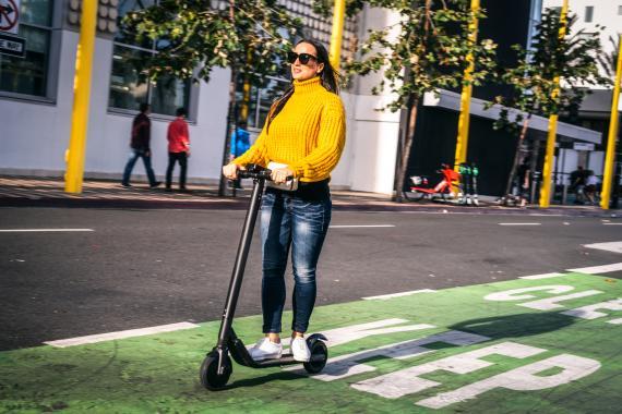 Una mujer en un patinete eléctrico