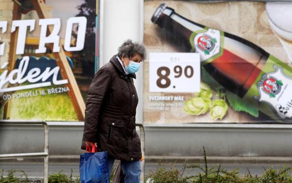 Mujer a la salida de un supermercado