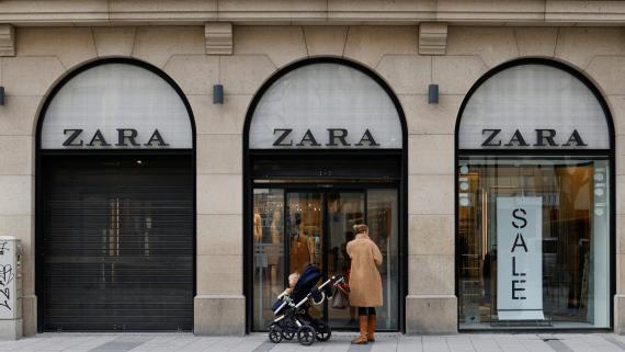 Una mujer ante una tienda de Zara en Munich (Alemania)
