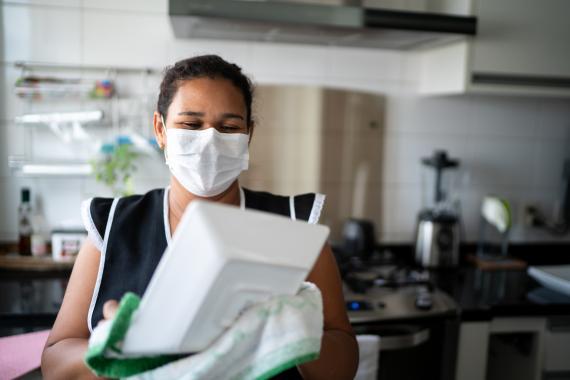 Multas de más de 6.200 euros a quienes no paguen el salario mínimo a las personas trabajadoras del hogar