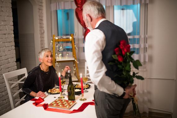 Una pareja celebrando San Valentín.