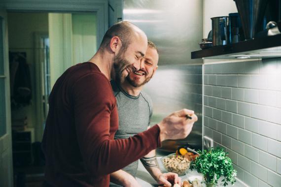 pareja cocinando junta