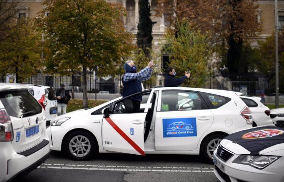 Una marcha de taxistas convocada por la FPTM, la Asociación Gremial del Taxi de Madrid y la Asociación Élite Taxi Madrid.