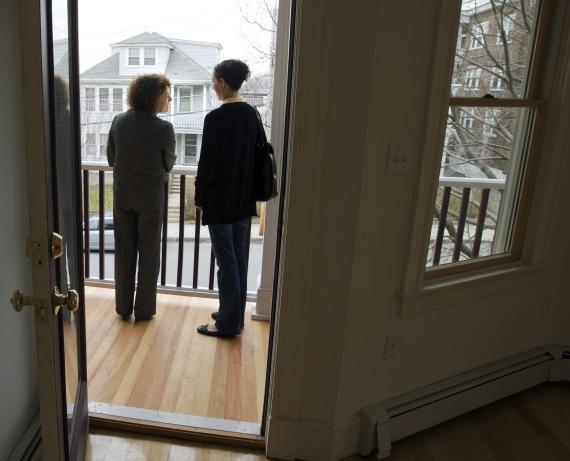 Quién debe pagar la comisión de las inmobiliarias: un frente de la nueva Ley de Vivienda que puede afectar a tu bolsillo