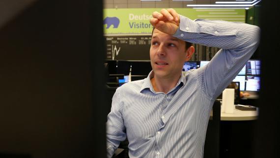 Un trader de la bolsa de Frankfurt reacciona con nerviosismo a la evolución de los mercados
