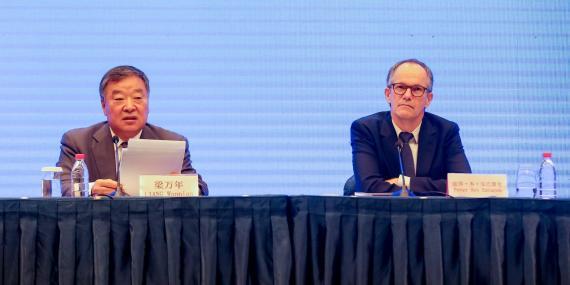 Expertos del equipo OMS-China, Liang Wannian (L) y Peter Ben Embarek, asisten a la rueda de prensa del estudio conjunto OMS-China el 9 de febrero de 2021 en Wuhan, provincia china de Hubei.