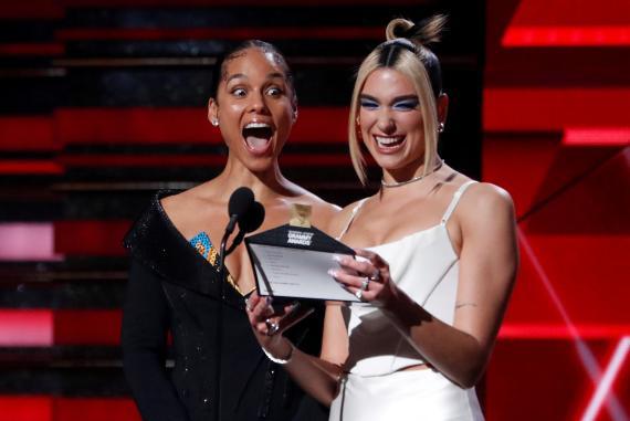 Alicia Keys y Dua Lipa durante los Premios Grammy de 2020.
