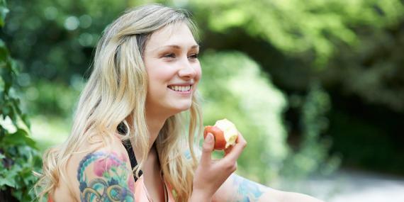 Comer fruta es una forma de combatir rápidamente el mal aliento.