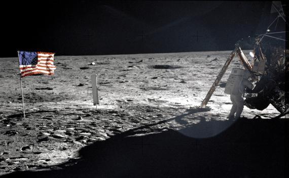 El astronauta Neil Armstrong pone un pie en la Luna en 1969