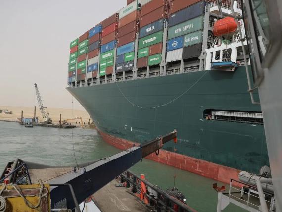 El barco Ever Given atrapado en el Canal de Suez en Egipto el pasado jueves.