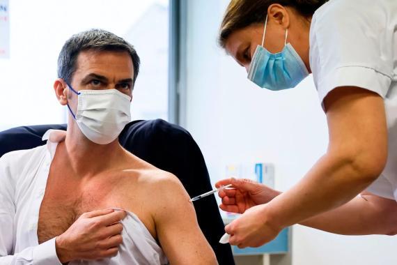 El Ministro de Sanidad francés, Olivier Veran, recibe la vacuna COVID-19 de AstraZeneca-Oxford, el 8 de febrero de 2021.