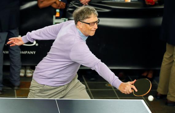 Bill Gates jugando al ping pong