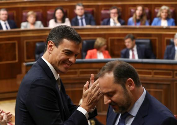 El presidente de Gobierno, Pedro Sánchez, aplaude al ministro José Luis Ábalos.