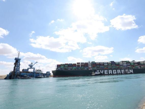El carguero Ever Given, uno de los más grandes del mundo de su categoría, encallado en el Canal de Suez