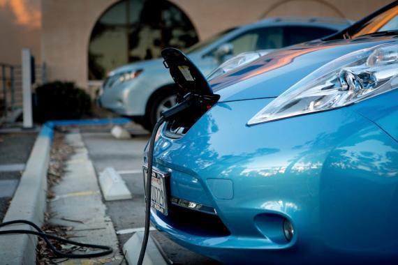 Un Nissan Leaf eléctrico cargando.