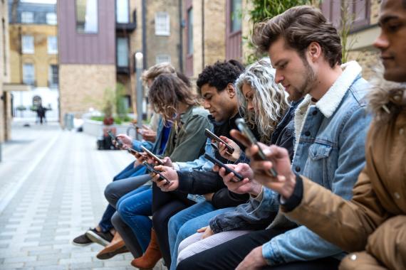 Cuatro de cada 10 universitarios presentan adicción al móvil, lo que afecta al sueño, según un estudio