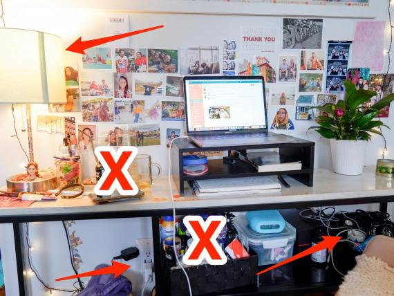 El desorden visible y la iluminación insuficiente pueden agregar estrés a tu oficina en casa.