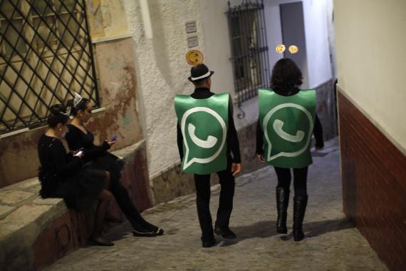 Dos hombres disfrazados como si fuesen WhatsApp