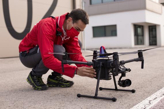 Miembro de la Cruz Roja, durante el simulacro con drones.