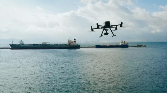 Un dron de Drones Maritime se acerca a una embarcación.