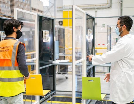 Espacio para realizar los test PCR en la planta de Amazon en El Prat (Barcelona)