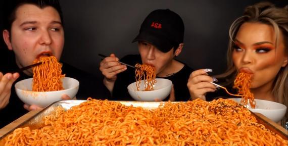 Grabarse mientras se come mucho se llama 'Mukbang' (YouTube - Zach Choi ASMR)
