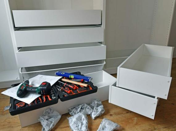 El montaje de una cómoda de Ikea.