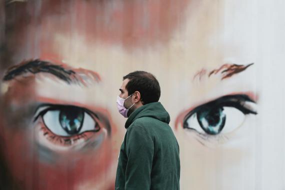 Un hombre por Madrid con mascarilla.