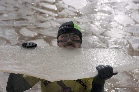 Hombre mordiendo hielo.