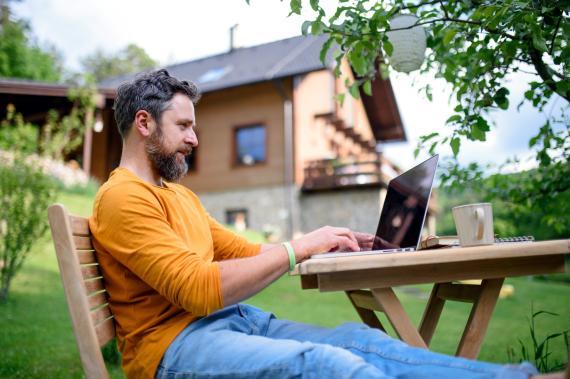 Un hombre trabaja desde un entorno rural