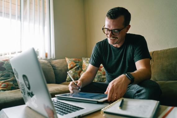 Hombre trabajando en su portátil