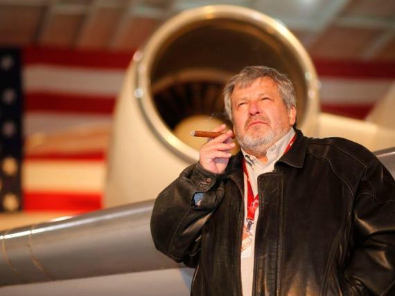 Nick Popovich lleva 40 años dedicándose al emmbargo de aviones.