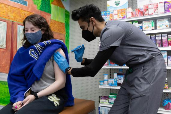 Joven vacunada contra COVID-19.