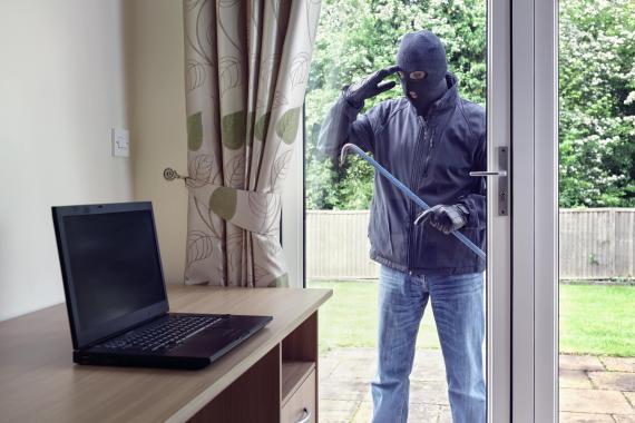 Ladrón a punto de entrar en casa